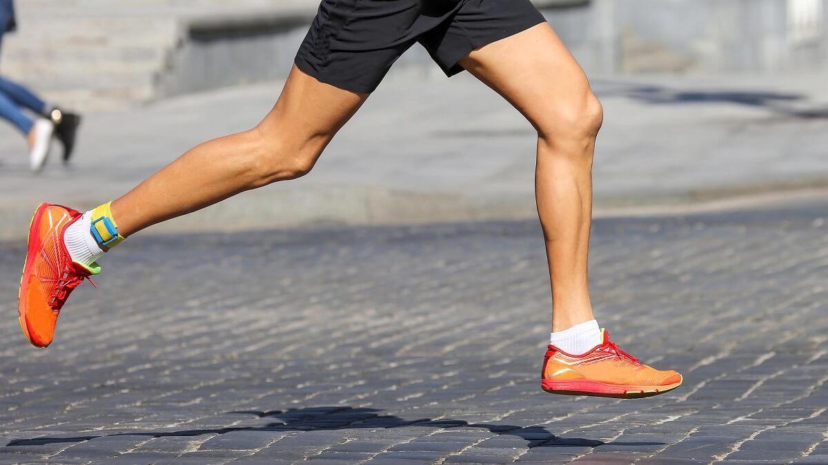 如何調整跑步速度與著地策略?