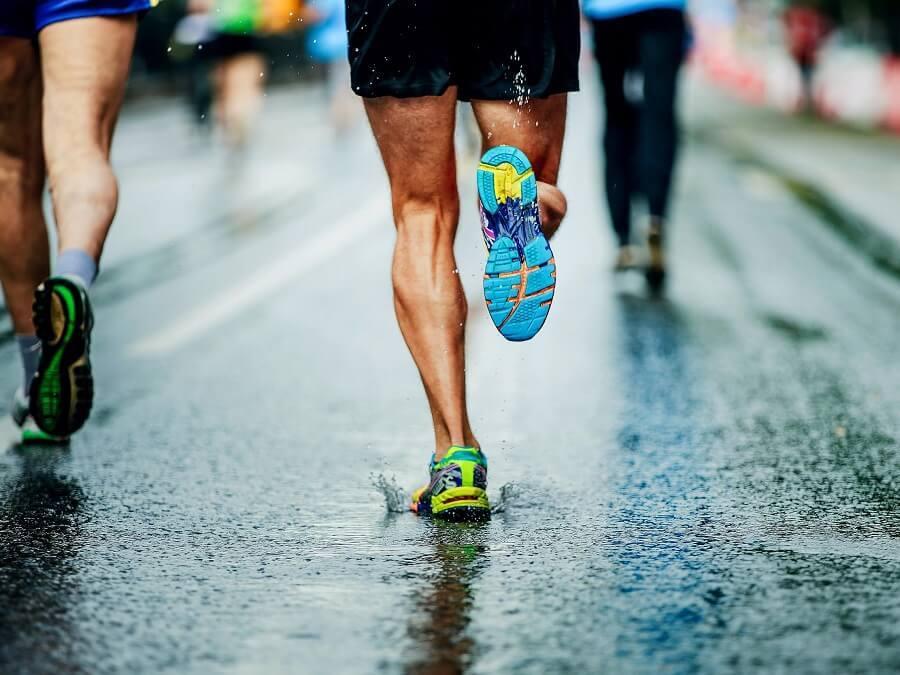 跑鞋置入碳纖維板就能提升跑步經濟性嗎?